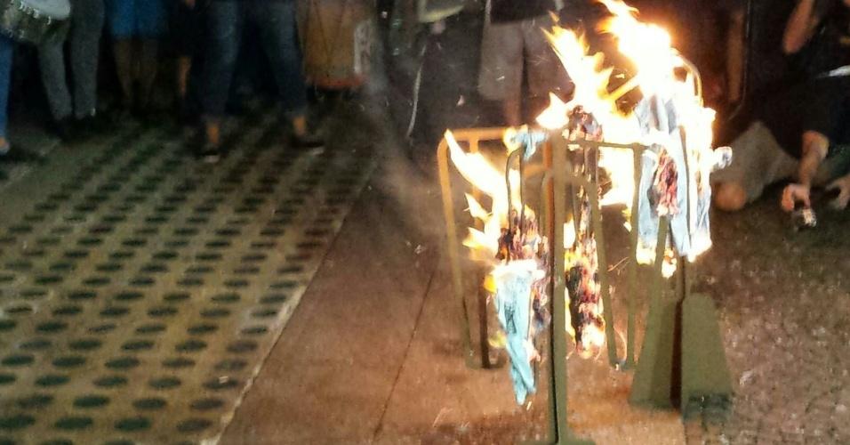 28.jan.2016 - Manifestantes queimam uma catraca feita de papelão em frente à Prefeitura de São Paulo, no centro da capital paulista, durante sétimo ato contra o aumento da tarifa do transporte público em São Paulo