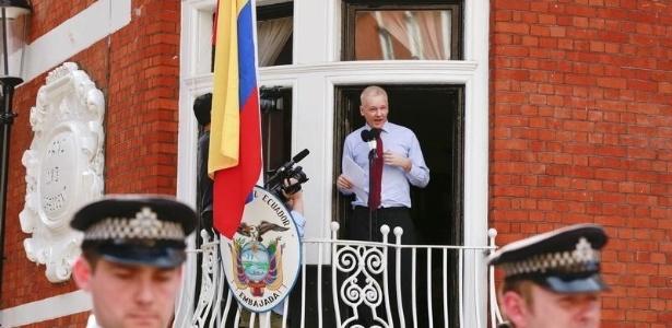 Julian Assange na varanda da embaixada do Equador em Londres