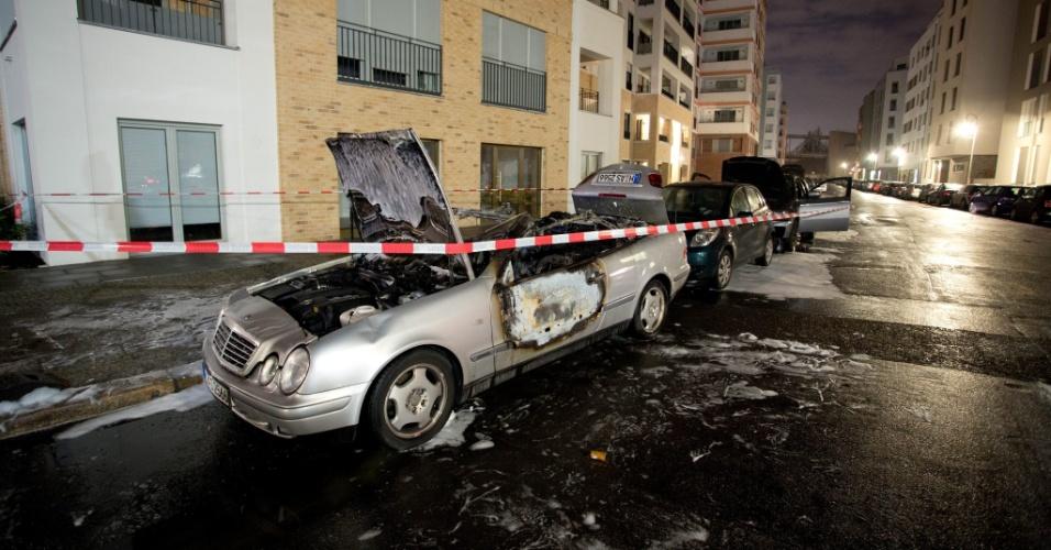 6.fev.2016 - Série de veículos são danificados em um ataque incendiário em Berlim. Segundo relatos da mídia local, além dos automóveis, algumas janelas foram quebradas durante o ataque, sem autoria identificada