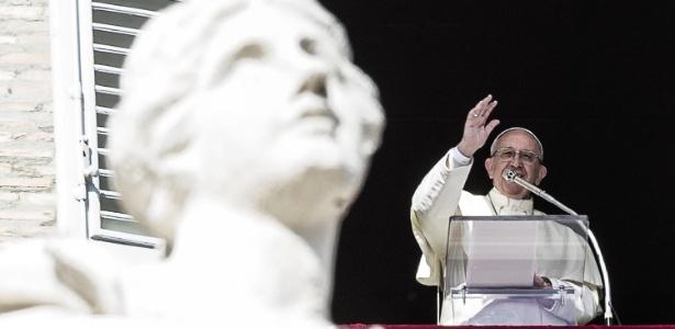 Papa Franciso gesticula durante a missa do Angelus, na Praça São Pedro, Vaticano