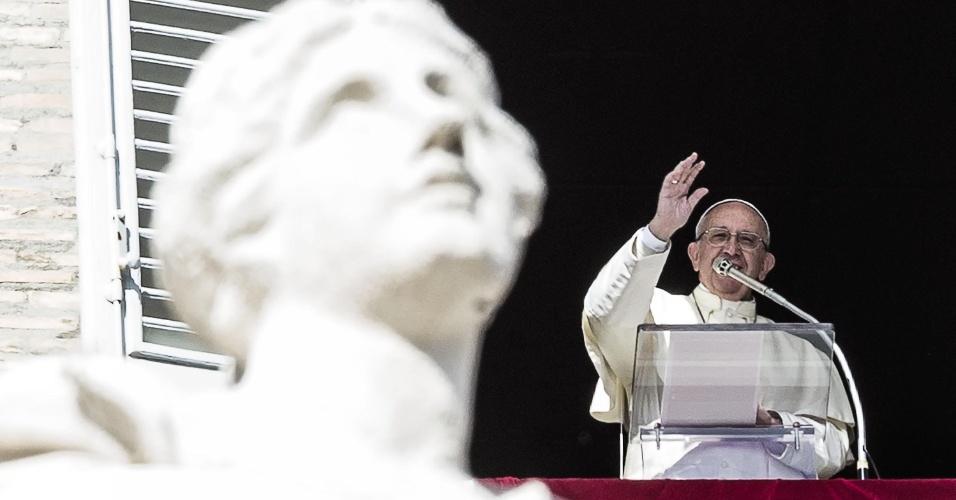 21.fev.2016 - Papa Franciso gesticula durante a missa do Angelus, na Praça São Pedro, Vaticano