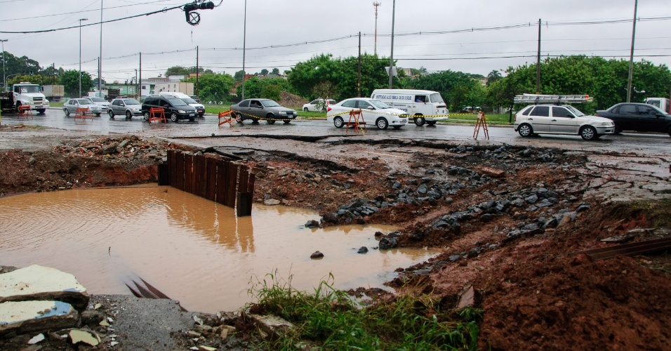 1º.mar.2016 - Uma cratera surgiu na avenida Jacu-Pêssego, na zona leste de São Paulo. Parte da calçada cedeu e há o bloqueio da faixa da direita