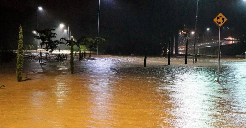 11.mar.2016 - Rua alagada em Itatiba, no interior de São Paulo, após forte chuva que atingiu a cidade. As enchentes deixaram famílias desabrigadas