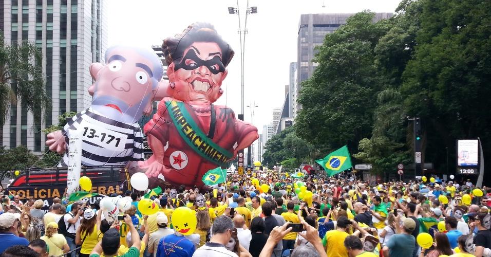 13.mar.2016 - Manifestantes chegam à avenida Paulista, em São Paulo, para protestar contra o governo de Dilma Rousseff (PT). Os manifestantes pedem o impeachment de Dilma e a prisão do ex-presidente Luiz Inácio Lula da Silva, investigado pela Operação Lava Jato