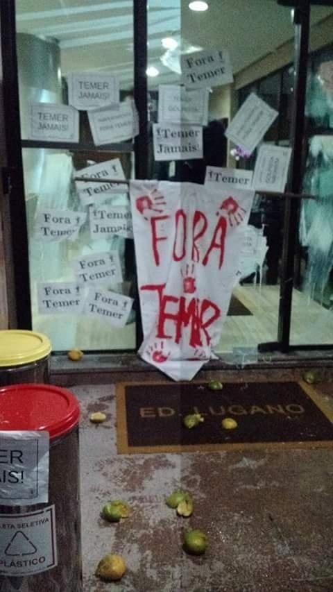 7.jun.2016 - Manifestantes da Frente Povo Sem Medo, união de movimentos sociais de esquerda e centrais sindicais, picharam a entrada do prédio comercial em que fica um dos escritórios do presidente interino, Michel Temer (PMDB). Uma manifestante foi detida pela polícia