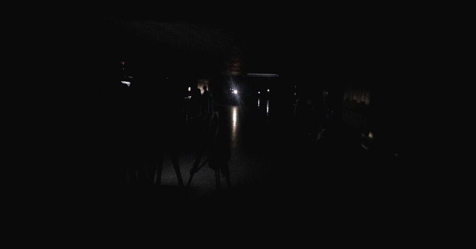 27.jun.2016 - Falta de energia deixa Senado às escuras e provoca suspensão de reunião da comissão especial do impeachment