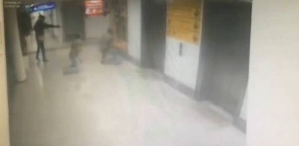 Imagem de câmera interna do aeroporto de Istambul mostra ação de terrorista contra policiais à paisana durante atentado - Haberturk/Reuters TV