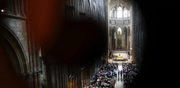 31.jul.2016 - Católicos e muçulmanos acompanham a missa organizada na catedral de Rouen, na França, para prestar homenagem ao sacerdote Jacques Hamel, degolado por terroristas em igreja