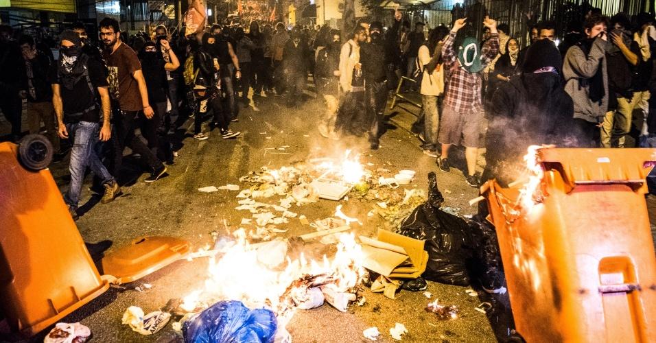 3.set.2016 - Lixo é queimado durante ato contra o governo de Michel Temer no Largo da Alfândega, centro de Florianópolis (SC). Houve confronto entre manifestantes e agentes da Polícia Militar