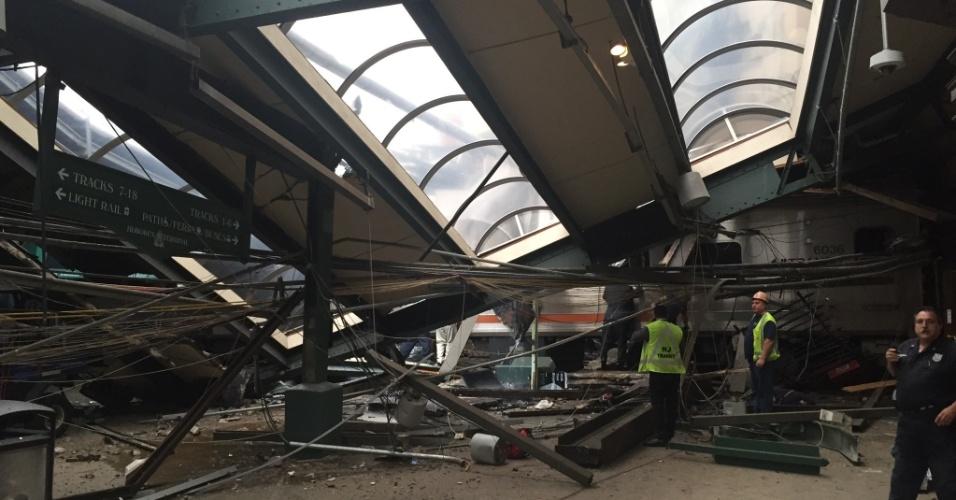 29.set.2016 - Estação de Hoboken, em Nova Jersey, fica destruída após acidente de trem
