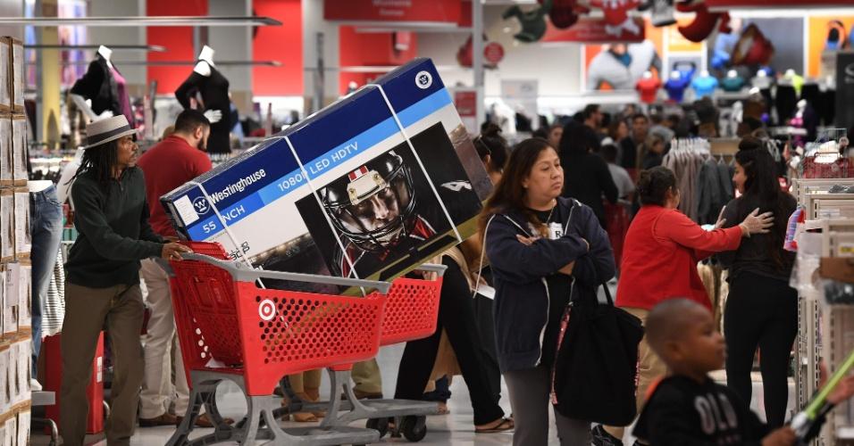 24.nov.2016 - Nos EUA, algumas lojas começaram a oferecer descontos antes da abertura oficial da Black Friday. Esse é o caso de uma loja de departamentos na Califórnia (EUA), que recebeu clientes buscando promoções já na quinta-feira (24)