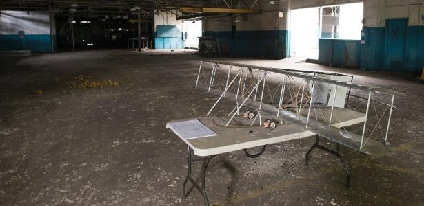 Miniatura de avião dos irmãos Wright na antiga fábrica de aeronaves em Ohio