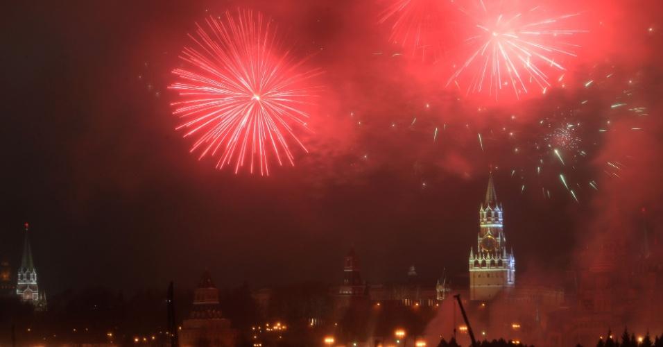 31.dez.2016 - Moscou, na Rússia, tem festa com fogos de artifício sobre o complexo do Kremlin