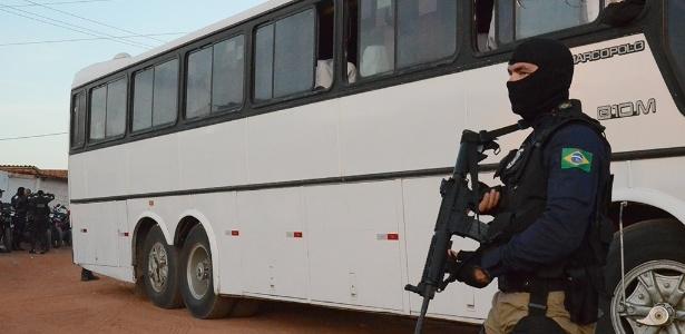 18.jan.2017 - Integrante da Força Nacional vigia os arredores da penitenciária de Alcaçuz, em Nísia Floresta (RN), enquanto chegam ônibus destinados a transferir presos da unidade - Beto Macário/UOL