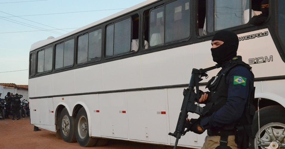 18.jan.2017 - Integrante da Força Nacional vigia os arredores da penitenciária de Alcaçuz, em Nísia Floresta (RN), enquanto chegam ônibus destinados a transferir presos da unidade