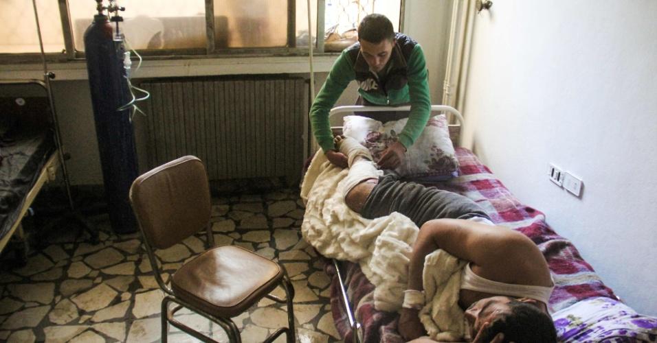 6.abr.2017 - Hassan Youssef, 40, vítima do ataque do governo da Síria a civis no dia 4 de abril com gás tóxico em Khan Sheikhun, recebe cuidados médicos em um hospital na cidade síria de Idlib, a noroeste do país. Na sexta-feira (7), os Estados Unidos atacaram a Síria com mais de 50 mísseis, destruindo a base aérea de Shayrat, na cidade de Homs, e deixando mortos