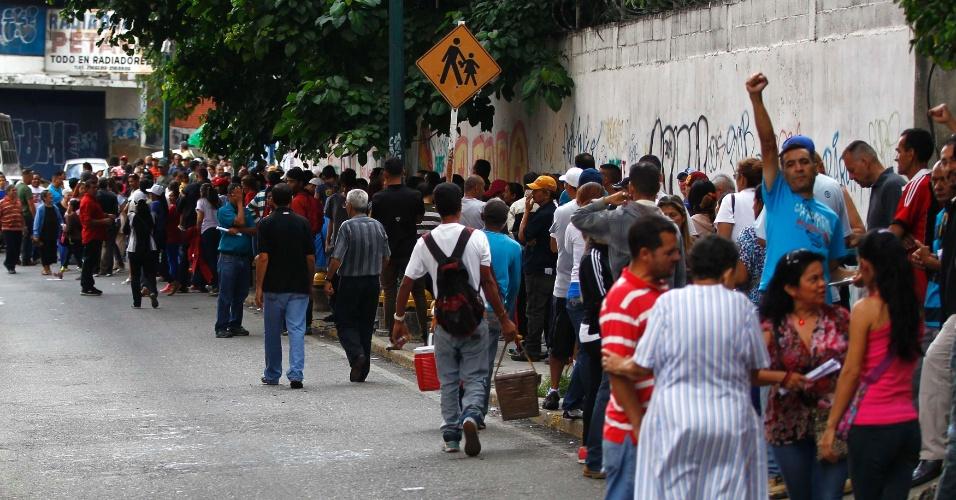 30.jul.2017 - Venezuelanos esperam em fila para votar na eleição da Assembleia Constituinte