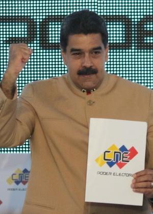 Nicolás Maduro exibe documento em encontro com o Conselho Nacional Eleitoral