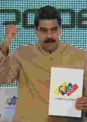 Nicolás Maduro exibe documento em encontro com o Conselho Nacional Eleitoral - Palácio Miraflores/Reuters
