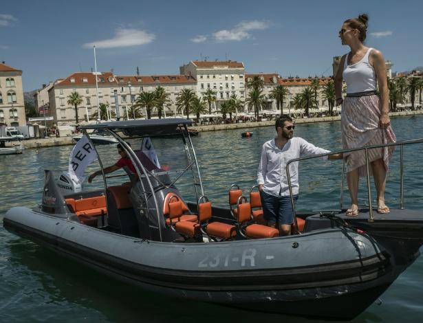Davor Tremac, gerente-geral da Uber para o sudeste da Europa, e sua mulher em um UberBOAT em Split, Croácia - Laura Boushnak/The New York Times