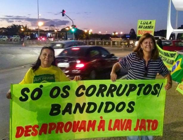 12.set.2017 - Manifestantes apoiam a Lava Jato na véspera do depoimento de Lula a Moro