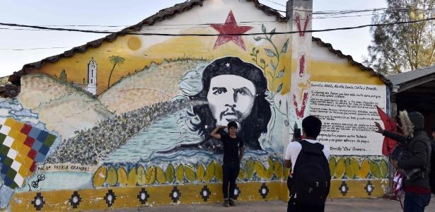 Jovem tira foto em frente a imagem de Che Guevara em Vallegrande