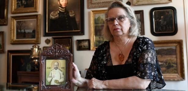 Catherine Melnik mostra uma imagem de seu bisavô que nunca conheceu