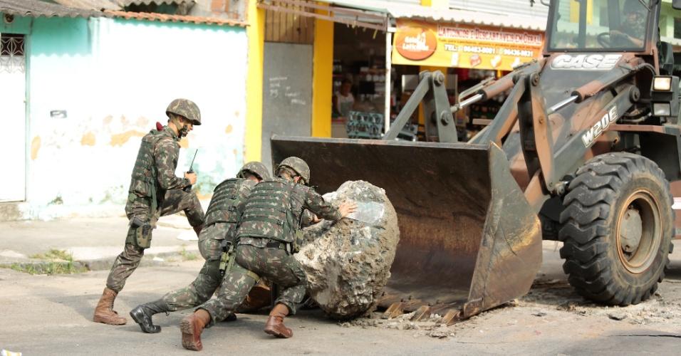 3.mar.2018 - Militares realizam operação na Vila Kennedy, na zona oeste do Rio. A ação conta com veículos blindados e equipamentos pesados de engenharia