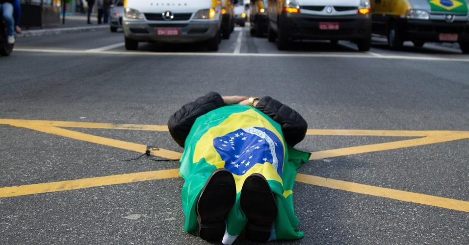 Motoristas de transporte escolar realizam protesto na avenida Paulista, em São Paulo, na manhã desta segunda-feira (28). O ato é contra o aumento dos combustíveis e em apoio ao movimento de greve dos caminhoneiros, que entrou no oitavo dia