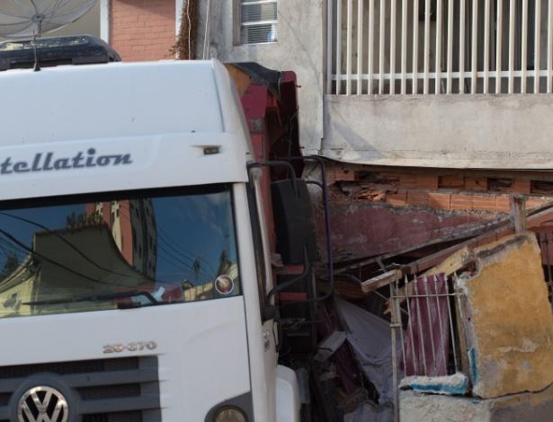 Caminhão, carregado com areia, perdeu o controle e invadiu residências nesta sexta (10)