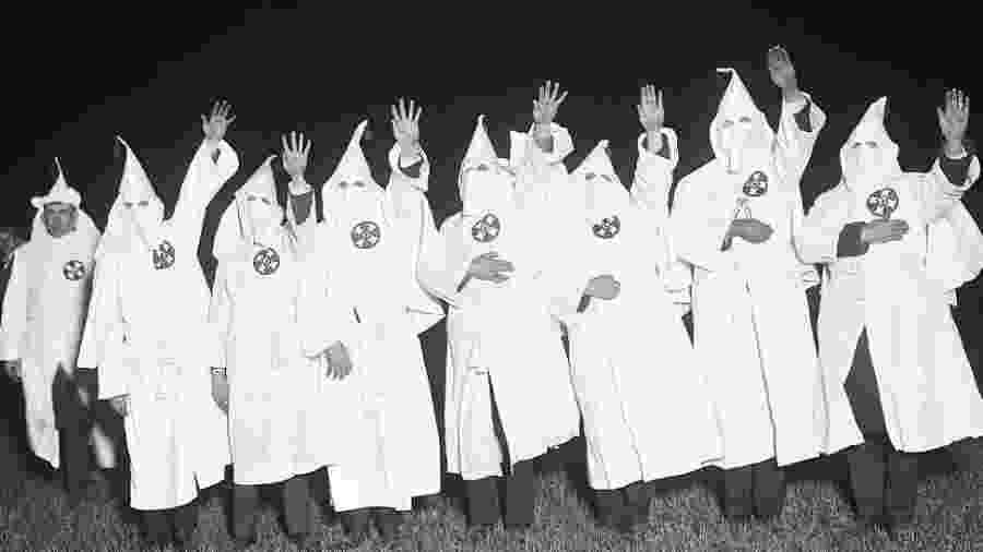 Divisões diferentes da Ku Klux Klan discriminam afro-americanos, judeus e imigrantes; mais recentemente, também há atos de discriminação contra a comunidade LGBT - Getty Images