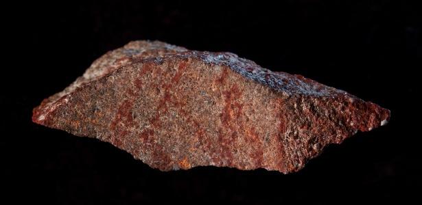 Lasca encontrada na caverna de Blombos com o registro de desenho mais antigo da História