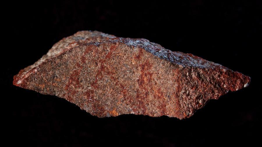 Lascra encontrada na caverna de Blombos com o registro de desenho mais antigo da História - Craig Foster