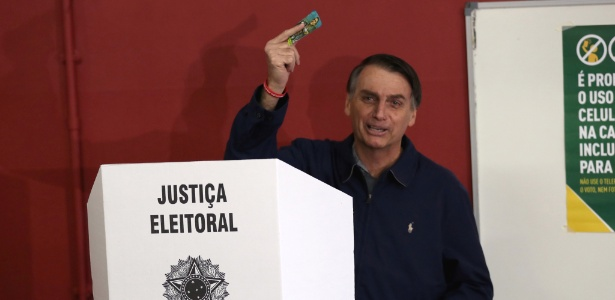 Jair Bolsonaro usa urna eletrônica ao votar em escola na zona oeste do Rio de Janeiro