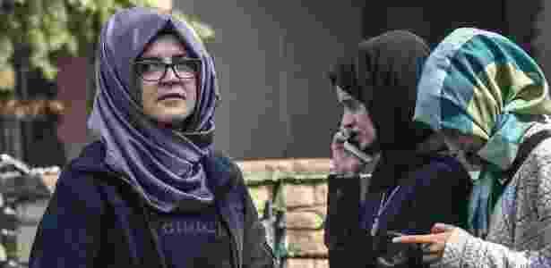 A noiva do jornalista, Hatice Cengiz, disse que esperou do lado de fora do consulado durante 11 horas, mas ele não apareceu - AFP/Getty Images - AFP/Getty Images
