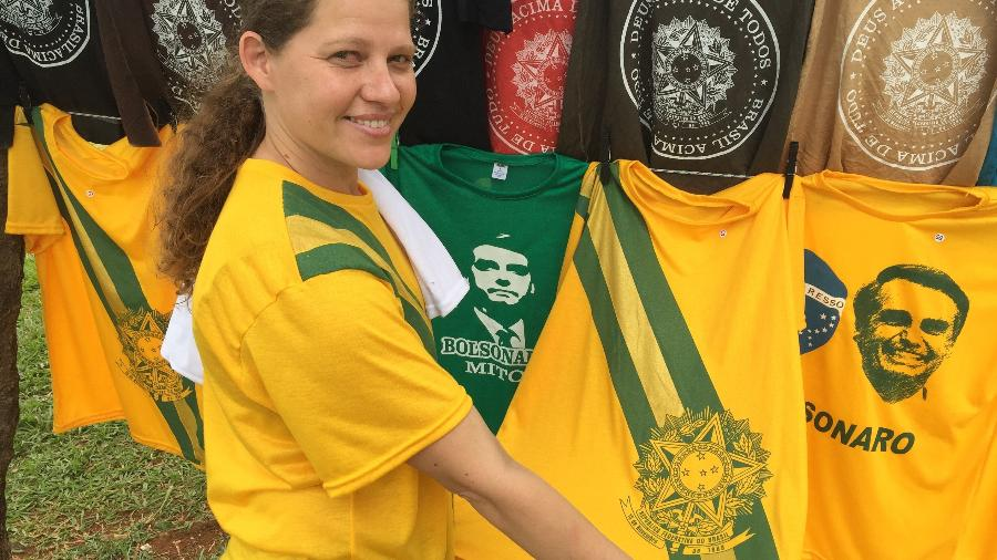 89ab76fd6 Camiseta com estampa da faixa presidencial é sucesso de vendas Imagem   Felipe Pereira