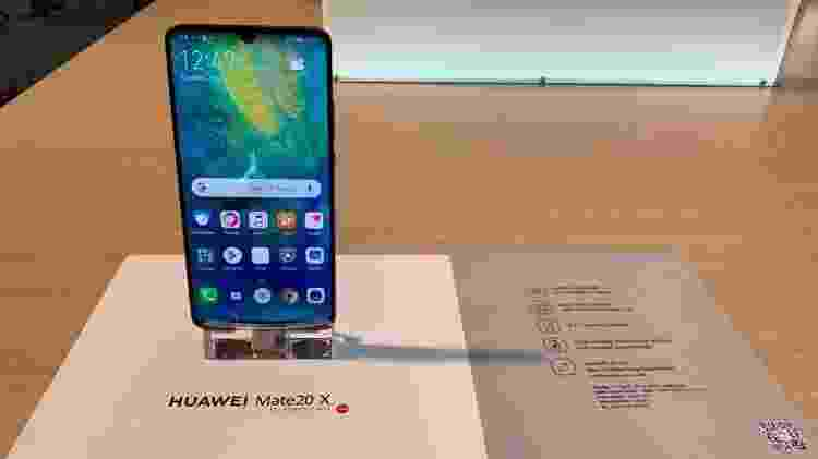 Huawei Mate 20 X - celular com três câmeras traseira e entalhe em forma de gota - Bruna Souza Cruz/UOL - Bruna Souza Cruz/UOL