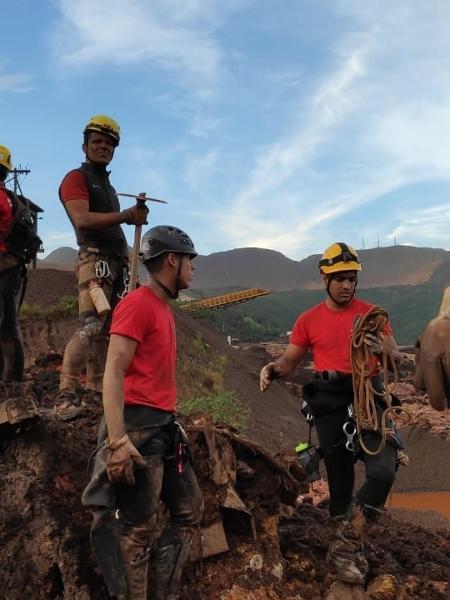 26.jan.2019 - Bombeiros trabalham na área destruída pela queda da barragem da mineradora Vale, em Brumadinho - Corpo de Bombeiros de Minas Gerais