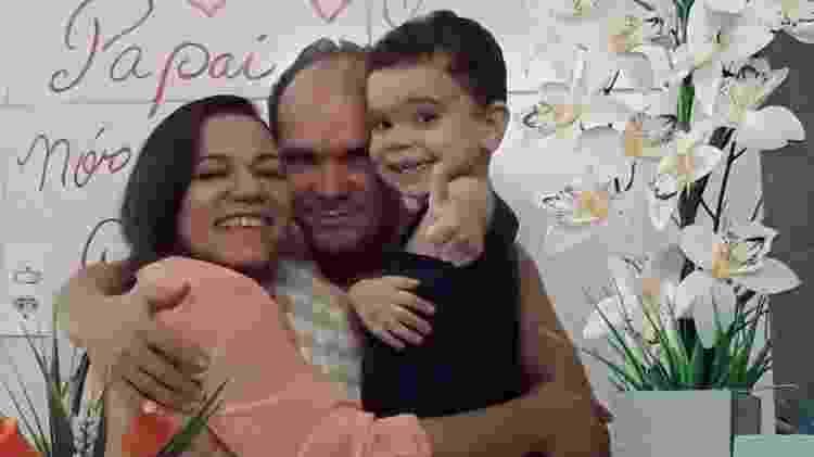 O médico cubano Ariel Sanchez com a mulher e o filho de três anos - Arquivo Pessoal