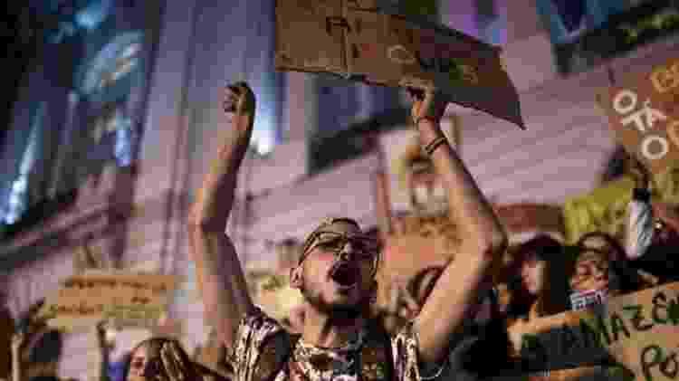 Ativista protesta, no Rio, contra a ineficácia do governo Bolsonaro no combate aos incêndios na Amazônia - Mauro Pimentel/AFP