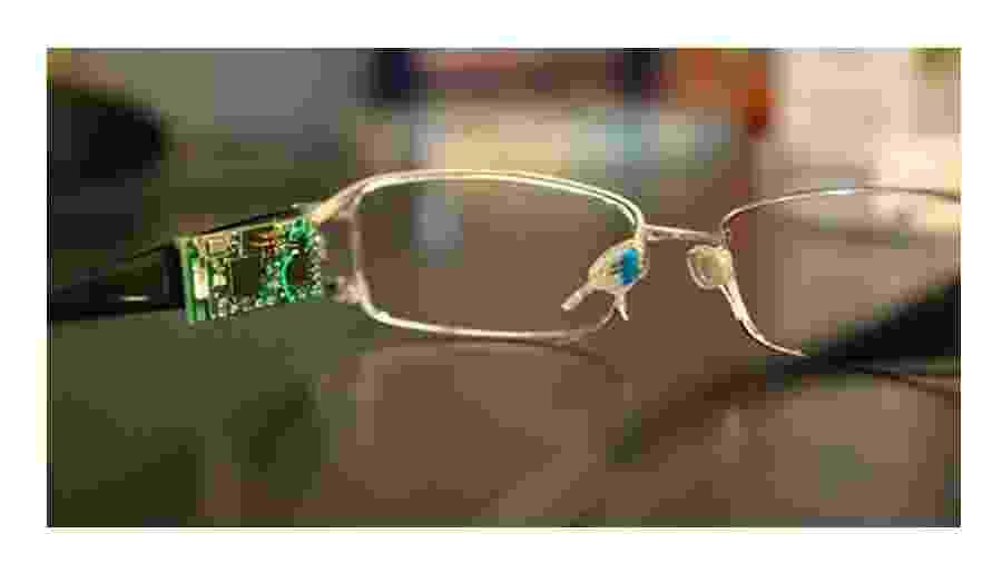 Dispositivo acoplado aos óculos mede glicose, álcool e alguns tipos de vitaminas contidos na lágrima - Divulgação/IFSC-USP