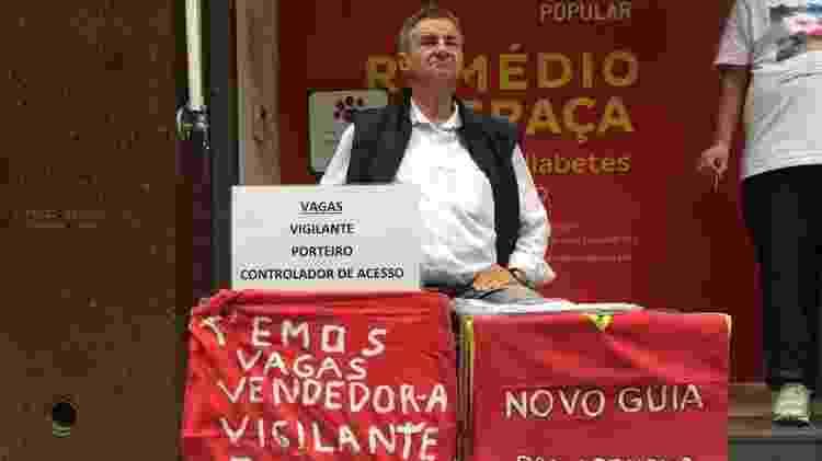 O plaqueiro Jonas Luis dos Santos trabalha há 15 anos recebendo currículo na rua Barão de Itapetininga - BBC - BBC