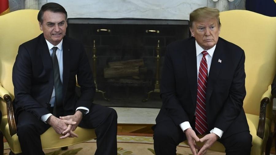 Bolsonaro e Trump em foto de março; os dois conversaram novamente por telefone nesta sexta-feira (20), onde o americano avisou que desistiu de sobretaxação - BRENDAN SMIALOWSKI/AFP