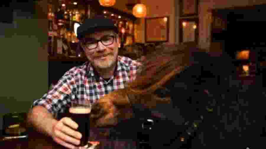 O pônei Patrick vai todos os dia a um pub com seu dono, Kirk Petrakis, para tomar uma cerveja - Reprodução/Facebook