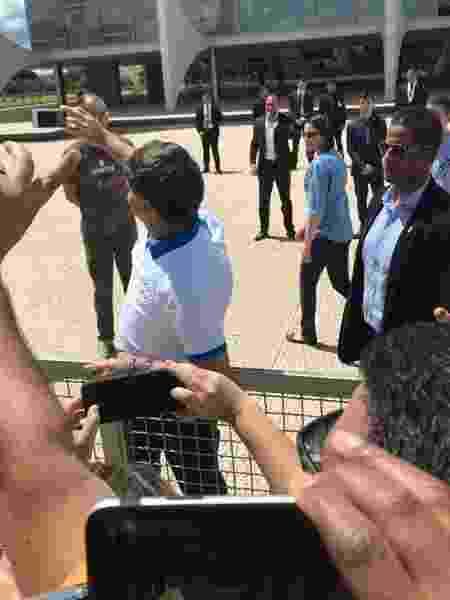 Bolsonaro faz selfies com apoiadores em frente ao Palácio do Planalto, em Brasília - Felipe Pereira/UOL - Felipe Pereira/UOL