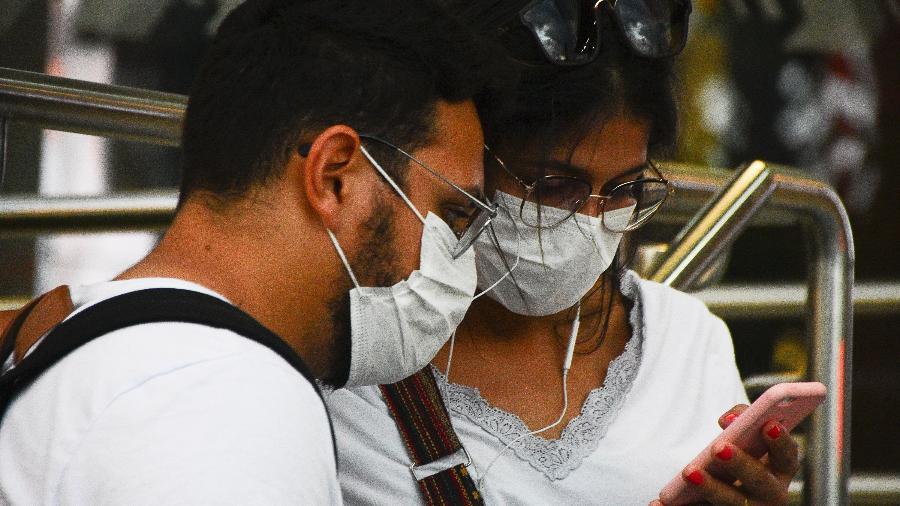 Movimentação de passageiros usando máscaras e luvas para proteção contra Coronavírus na saída da estação Butantã, linha amarela do Metrô em São Paulo (SP) - Ronaldo Silva/Futura Press/Estadão Conteúdo