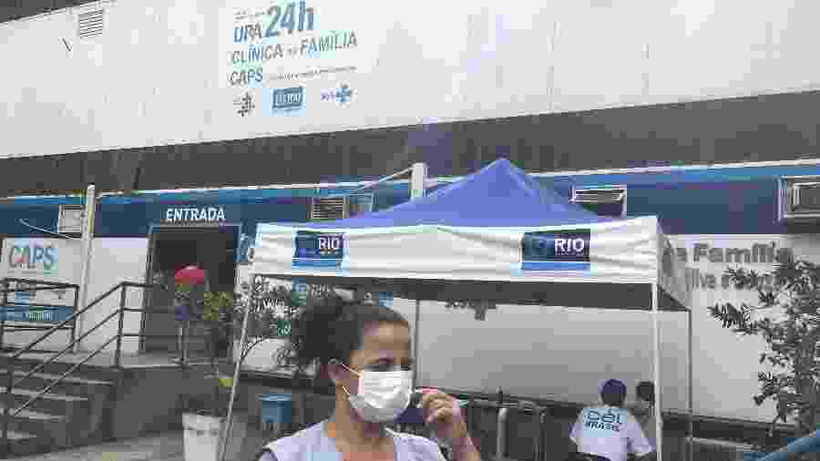 24.mar.2020 - Profissionais de saúde atendem em tenda na parte externa da Clínica da Família da Rocinha - Herculano Barreto Filho/UOL