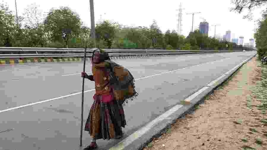 Kajodi Devi, de 90 anos, caminha de Déli em direção a sua vila - SALIK AHMED / OUTLOOK