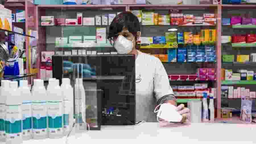 8/4/2020 - Coronavírus: Farmacêutica usa máscara de proteção durante atendimento em Madri, na Espanha - David Benito/Getty Images