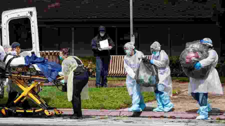 8.abr.2020 - Médicos e enfermeiros carregam paciente idosa de asilo em Riverside, Califórnia (EUA), até ambulância durante pandemia do coronavírus - Gina Ferazzi/Los Angeles Times via Getty Images